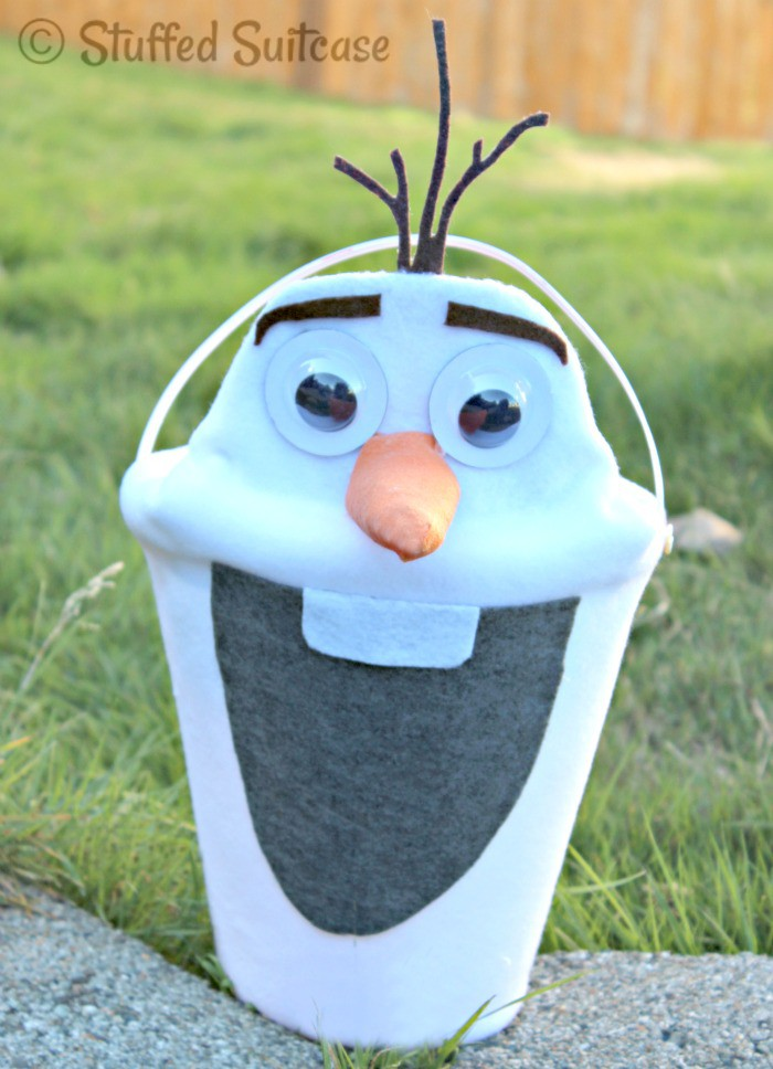 Do you have a child dressing up in a Disney Frozen costume? Make this fun Olaf Halloween Bucket for them to take along when they trick or treat StuffedSuitcase.com
