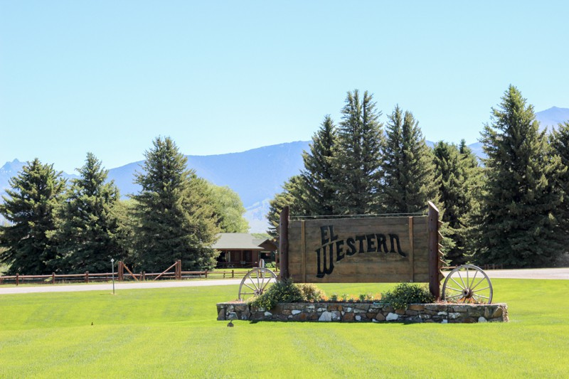 Beautiful Grounds At El Western Cabins In Ennis Montana