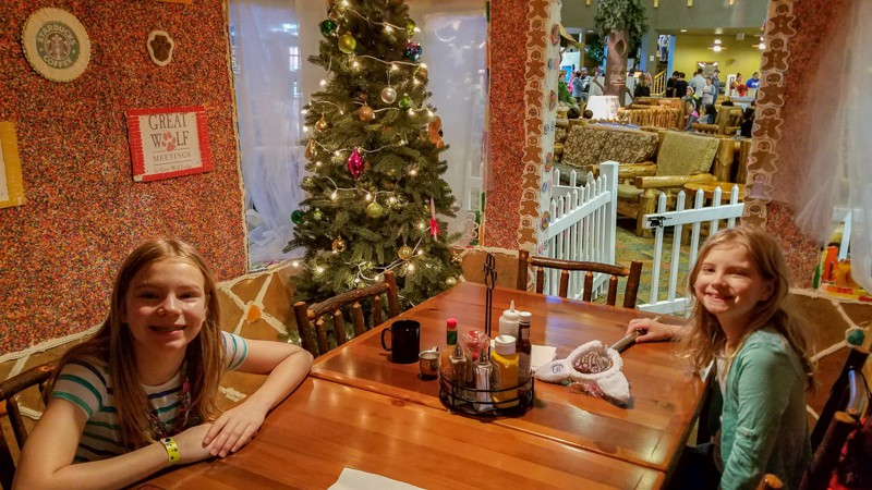 snowland-great-wolf-lodge-eat-in-gingerbread-house