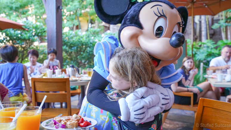 meeting minnie at aulani
